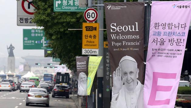 Varias pancartas dan la bienvenida al papa Francisco en Seúl
