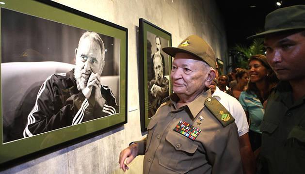 El comandante revolucionario Guillermo García recorre la muestra 'Fidel es Fidel'.