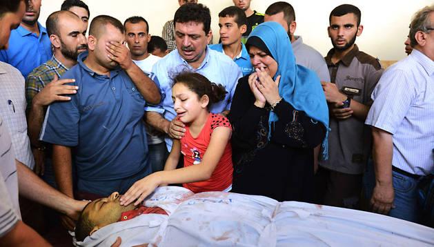 Familiares del traductor palestino fallecido hoy en Gaza velan su cadáver