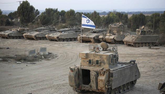 Varios vehículos de transporte blindado cerca de la frontera israelí con la Franja de Gaza