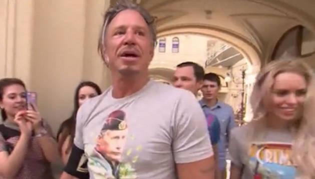 Mickey Rourke, con una de las camisetas