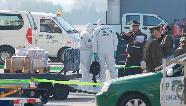 Peritos de los Carabineos de Chile trabajan en el lugar del asalto