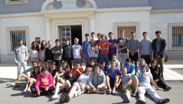 Los jóvenes participantes en el intercambio de Corella y sus monitores, juntos ayer en Corella.