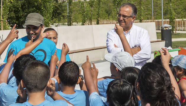 Enrique Maya con un grupo de niños de la Iglesia Cristiana Evangélica de la Milagrosa que jugaban en el parque de Arrosadía el pasado jueves