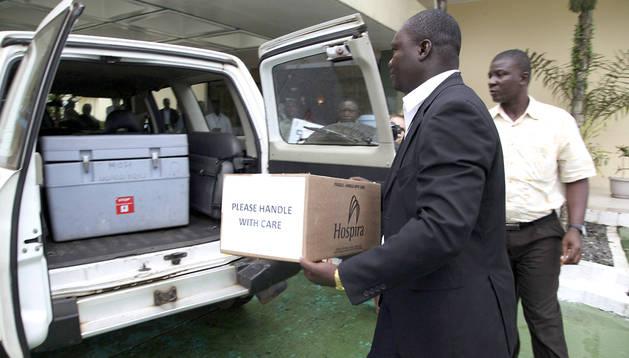 El viceministro de Sanidad liberiano, Tolbert Nyenswah, acarrea una caja de Zmapp