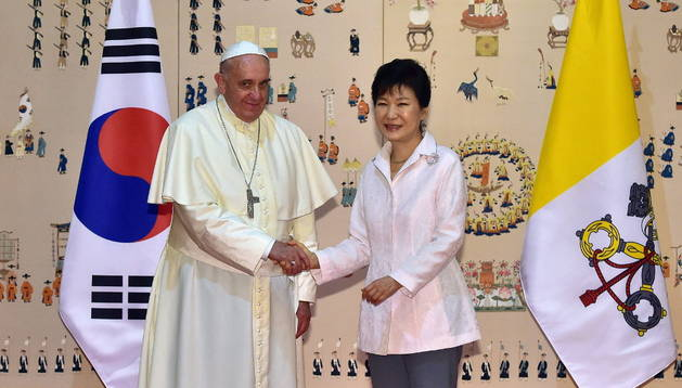 La presidenta surcoreana, Park Geon-hye, con el papa Francisco en Seúl