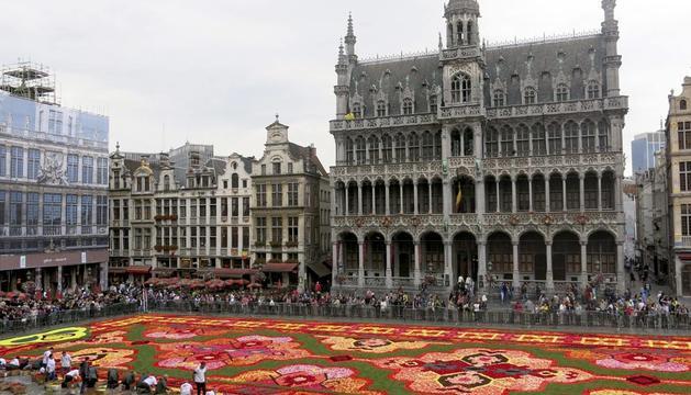 Vista de la alfombra de flores creada en el centro de la Grand Place de Bruselas
