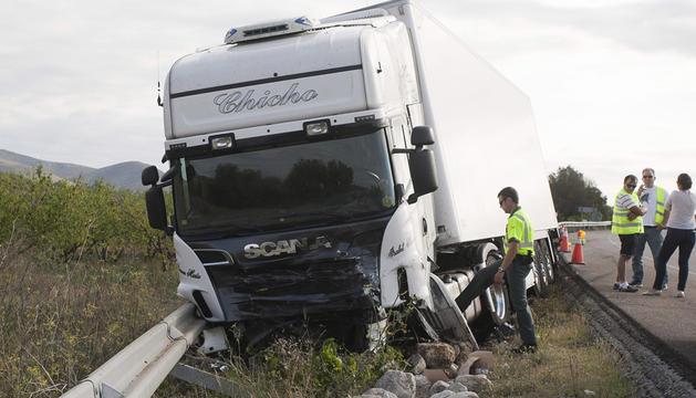 Agentes de la Guardia Civil investigan en el lugar del accidente ocurrido en Alcalá de Xivert (Castellón)