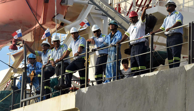 Trabajadores con banderas panameñas durante la celebración del Centenario del Canal de Panamá.