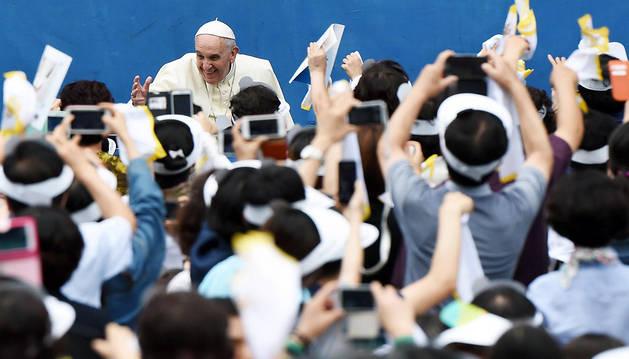 El papa francisco saluda a la llegada a la misa