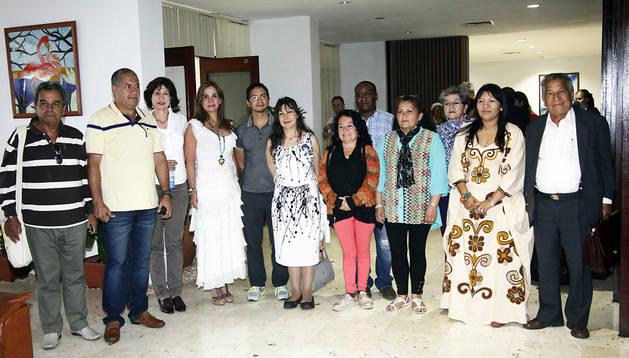 Representantes de las víctimas del conflicto armado de Colombia posan a su llegada a La Habana (Cuba)