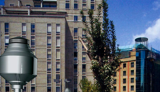 Recreación del árbol artificial en una vía de una ciudad
