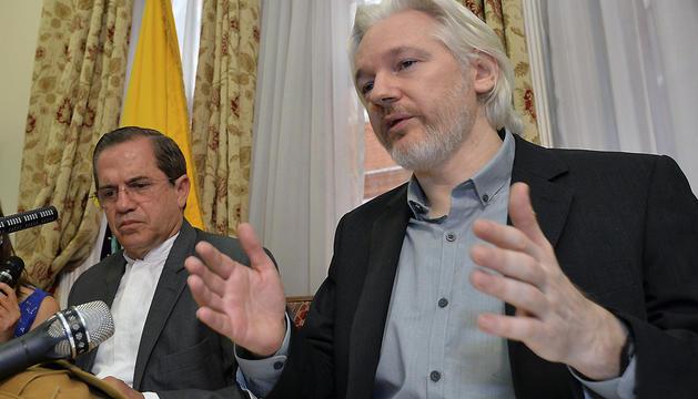 El fundador de Wikileaks, Julian Assange (dcha), y el ministro ecuatoriano de Exteriores, Ricardo Patiño (izda), durante la rueda de prensa de este lunes