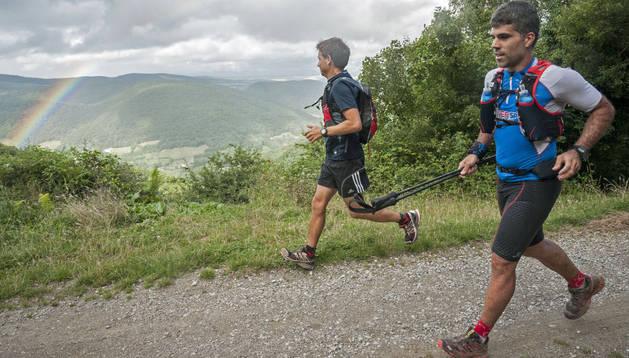 Gorka Rípodas, en primer plano, acercándose a Goldaratz tras 76 kilómetros de carrera. A su lado, Rubén Valtierra, quien le acompañó un tramo.