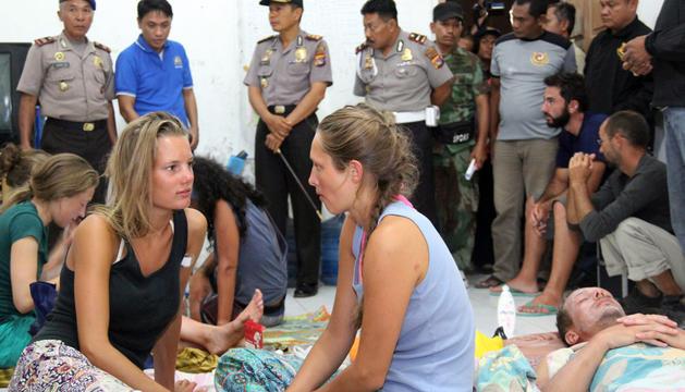 Varios de los supervivientes, en la ciudad indonesia de Bima tras ser rescatados