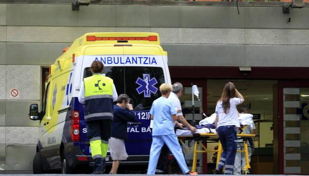 El paciente sospechoso de tener ébola, en el momento de llegar al hospital de Basurto.