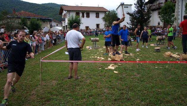 Los diferentes pueblos del valle miden sus  fuerzas en el deporte rural