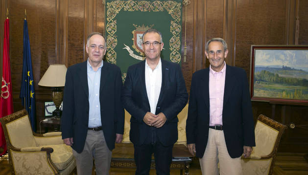 Yoldi, presidente de la Fundación del Banco de Alimentos en la recepción con Joaquín Maya.