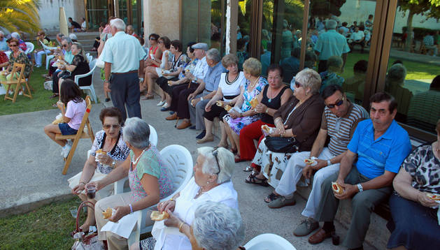 Agunos de los jubilados que asistieron a la merienda disfrutan de los bocadillos.