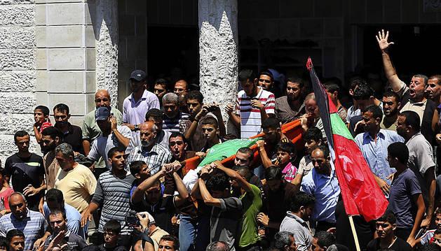 Familiares y amigos cargan con los restos mortales del líder militar de Hamás, Mohamad al Deif, tras su funeral en el campo de refugiados Jabaliya en el norte de la Franja de Gaza