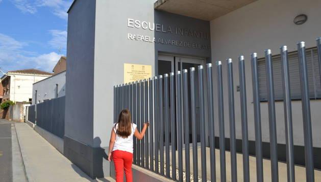 Una niña delante de la fachada del centro de 0 a 3 años.