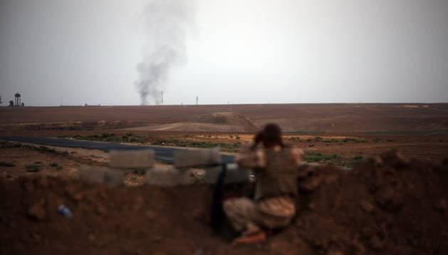 Un soldado iraquí vigila posiciones enemigas cerca de Mosul.
