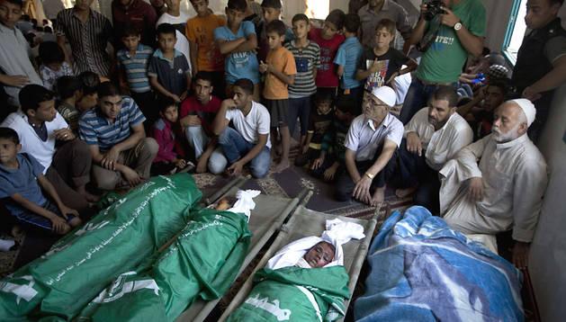 Velatorio de varios palestinos muertos, entre ellos niños, en los últimos bombardeos