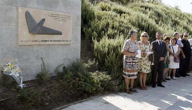 Ofrenda floral en el Parque Juan Carlos I de Madrid en recuerdo a los fallecidos.