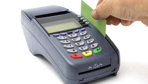 Una persona paga con tarjeta