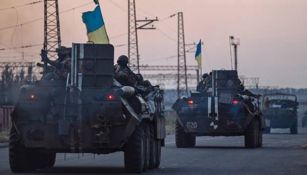 Blindados ucranianos avanzan hacia el este del país.