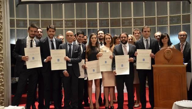 Nicolás Zaballos (centro, segunda fila), con el resto de personas premiadas.