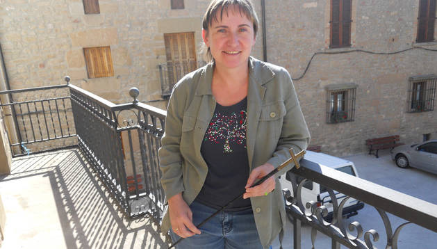 María José Sagasti Lacalle, el año de su nombramiento, en el balcón consistorial de Dicastillo.