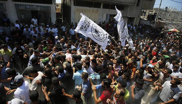 Seguidores de Hamás participan en el funeral delos  tres de sus comandantes