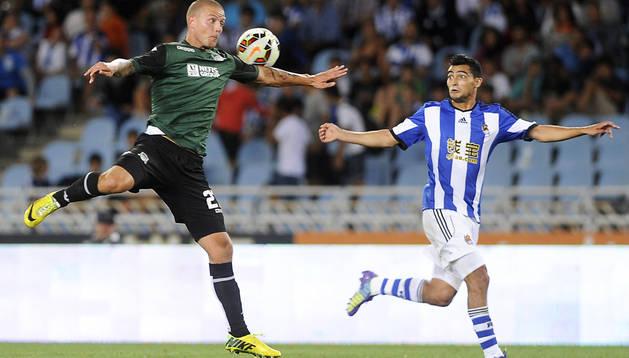 El defensa del Krasnodar, Ragnar Sigurdsson, trata de cortar un pase al realista Chory Castro
