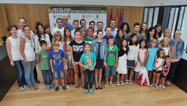 Los asistentes a la recepción a los niños ucranianos que pasan el verano en el valle de Egüés  posaron con el alcalde y otros ediles.