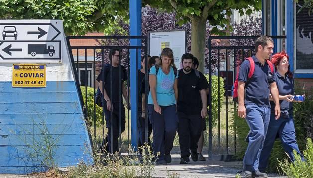 Salida de trabajadores a las dos de la tarde de la planta de Estella de BSH, situada en el polígono de Legardeta.