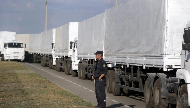 Un grupo de camiones, parte del convoy ruso con ayudas