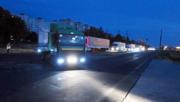 Los primeros camiones del convoy lleganmdo a Mariupol