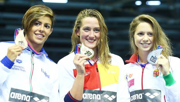 Mireia Belmonte Garcia sostiene el oro en el podio de la prueba, acompañada de la húngara Kapas Boglarka (izda.) y la italiana Martina Rita Caramignoli