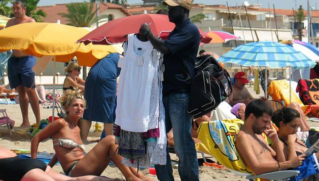 Los manteros se desplazan a las playas y zonas turísticas en verano.