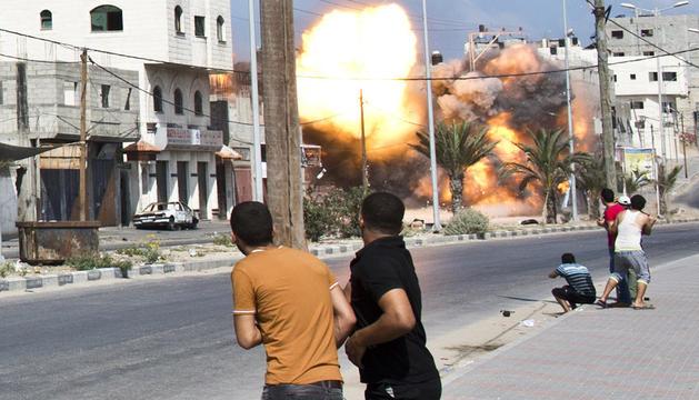 Palestinos, durante un bombardeo israelí en Gaza