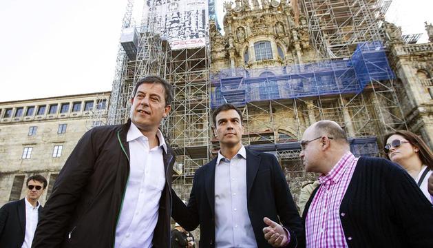 Pedro Sánchez (c), este sábado en Santiago acompañado por el secretario del PSdeG-PSOE (iz) y el portavoz del PSdeG-PSOE local (d)