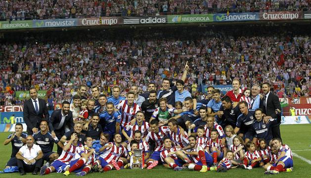 Los jugadores del Atlético de Madrid celebran con la Copa tras vencer al Real Madrid por 1-0 en la Supercopa