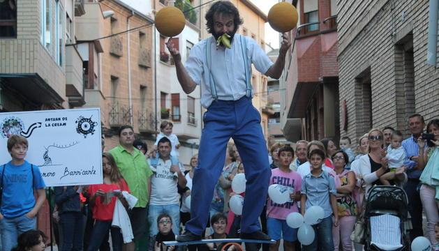 Antuan de la Cream, durante su actuación el sábado en la calle Navas de Tolosa de Azagra, uno de los puntos donde se concentró el público.