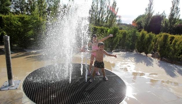 Los niños Irene Echeverría Rezabala y Josué Cedeño Vaca juegan con el agua en la fuente que se encuentra en el centro del laberinto de El Bocal.