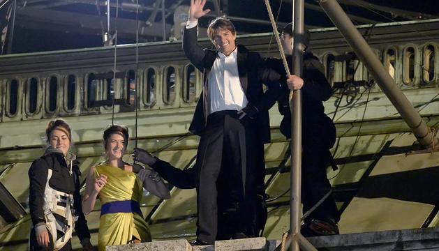 Tom Cruise (2ª dcha) y Rebecca Ferguson (2ª izda), durante el rodaje de Misión Imposible V