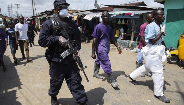 Un soldado vigila junto a una unidad de cuarentena para enfermos de ébola