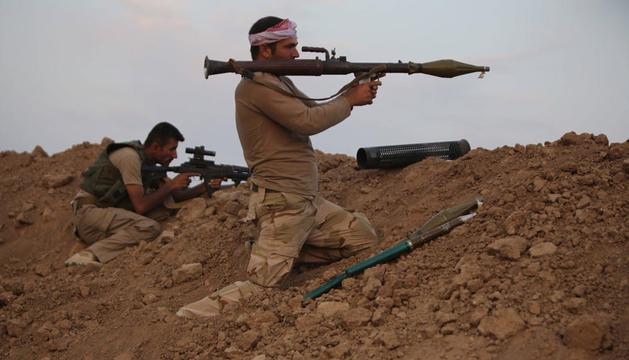 Dos combatientes del Estado Islámico toman posiciones a las afueras de Mosul (Irak)