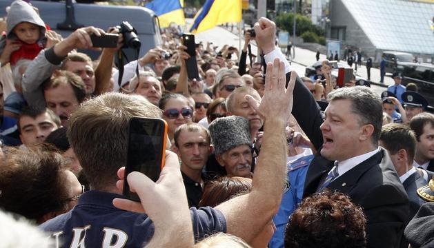 El presidente de Ucrania, Petro Poroshenko, levanta el puño durante el desfile militar de este domingo