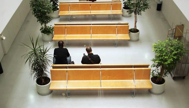 Salas de espera en el centro de consultas externas Príncipe de Viana del Complejo Hospitalario de Navarra